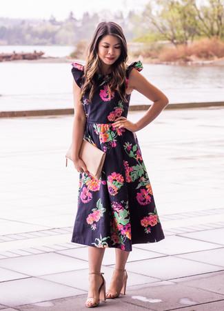 Как и с чем носить: черное платье-миди с цветочным принтом, светло-коричневые кожаные босоножки на каблуке, бежевый кожаный клатч