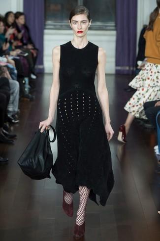 Как и с чем носить: черное вязаное платье-миди, темно-красные замшевые туфли, черная кожаная большая сумка, темно-красные колготки в крупную сеточку