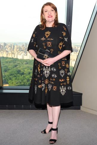 Как и с чем носить: черное платье-миди с принтом, черные замшевые босоножки на танкетке, черный замшевый клатч, золотые серьги