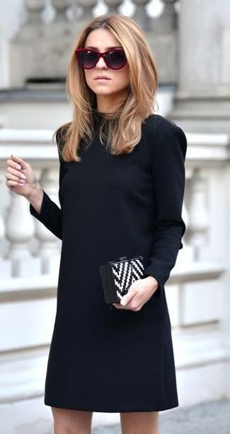 Модный лук: черное платье прямого кроя, бело-черный кожаный клатч с узором зигзаг, темно-красные солнцезащитные очки