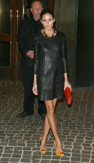 Как Olivia Palermo носит Черное кожаное платье прямого кроя, Горчичные замшевые туфли, Красный кожаный клатч, Золотое колье