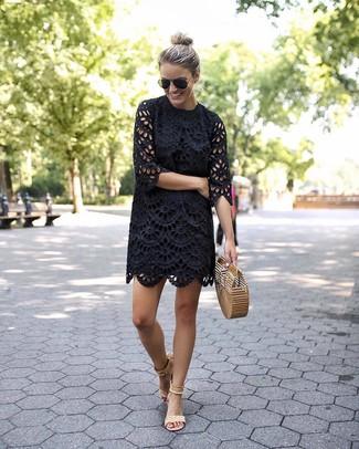 Как и с чем носить: черное платье прямого кроя с люверсами, бежевые замшевые босоножки на каблуке, светло-коричневый соломенный клатч