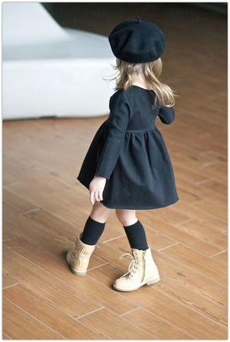 Как и с чем носить: черное платье, светло-коричневые ботинки, черный берет, черные носки