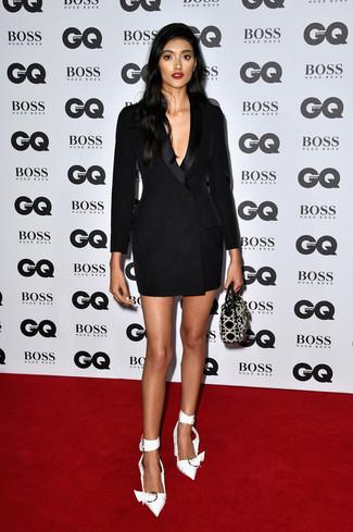 Как и с чем носить: черное платье-смокинг, белые сатиновые туфли, черная кожаная сумочка с украшением