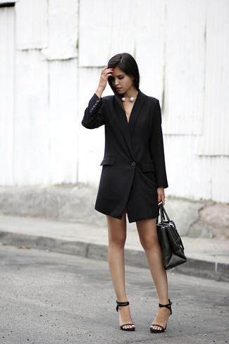 Как и с чем носить: черное платье-смокинг, черные кожаные босоножки на каблуке, черная кожаная большая сумка, белое жемчужное ожерелье