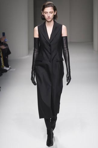 Как и с чем носить: черное платье-смокинг, черные бархатные ботильоны, черные кожаные длинные перчатки, черные колготки