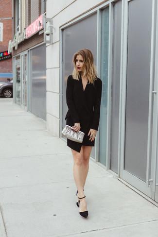 Как и с чем носить: черное платье-смокинг, черные замшевые туфли с украшением, серебряный кожаный клатч