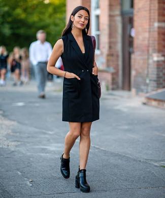Как и с чем носить: черное платье-смокинг, черные кожаные ботильоны, темно-красная кожаная большая сумка