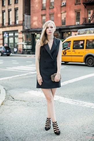 Как и с чем носить: черное платье-смокинг, черные замшевые туфли, золотой клатч, золотой браслет