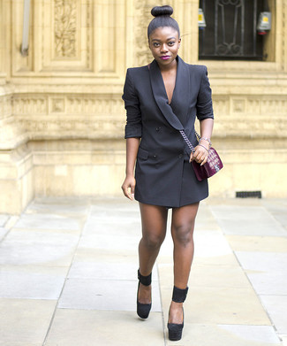 Как и с чем носить: черное платье-смокинг, черные замшевые массивные туфли, темно-красная бархатная сумка через плечо с вышивкой, золотой браслет