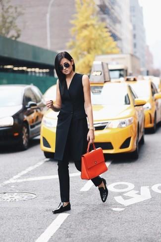 Как и с чем носить: черное платье-смокинг, черные узкие брюки, черные кожаные лоферы, оранжевая кожаная сумка-саквояж