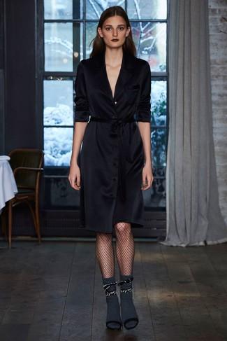 Как и с чем носить: черное платье с запахом, черные замшевые босоножки на каблуке, темно-серые носки, черные колготки в крупную сеточку