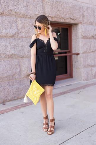 Как и с чем носить: черное кружевное платье с открытыми плечами, коричневые кожаные босоножки на каблуке, желтый клатч из бисера, желтые серьги из бисера