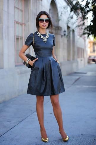 Модный лук: Черное кожаное платье с плиссированной юбкой, Золотые кожаные туфли, Черная кожаная сумка через плечо, Серебряное колье