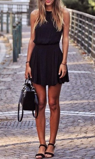 Как и с чем носить: черное платье с плиссированной юбкой, черные замшевые сандалии на плоской подошве, черная замшевая сумка-саквояж
