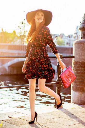 Как и с чем носить: черное платье с плиссированной юбкой с принтом, черные замшевые туфли, красная кожаная сумка-саквояж, черная шерстяная шляпа