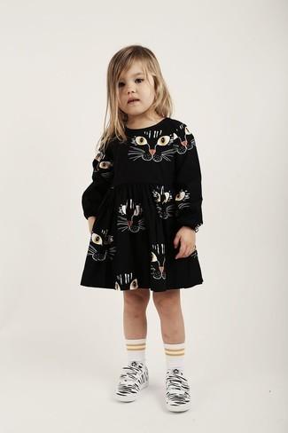 Как и с чем носить: черное платье с принтом, белые кеды, белые носки