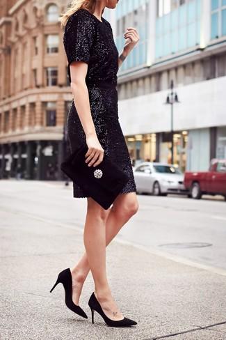 Как и с чем носить: черное платье-футляр с пайетками, черные замшевые туфли, черный бархатный клатч с украшением