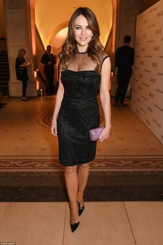 черное платье футляр с украшением черные замшевые туфли пурпурный кожаный клатч large 22781