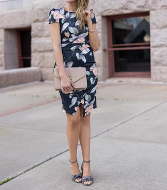 Как и с чем носить: черное платье-футляр с цветочным принтом, серые сатиновые босоножки на каблуке, бежевый кожаный стеганый клатч