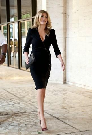 черное платье футляр темно красные кожаные туфли черный кожаный клатч large 10677