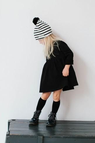 Как и с чем носить: черное платье, черные ботинки, белая шапка в горизонтальную полоску, черные носки