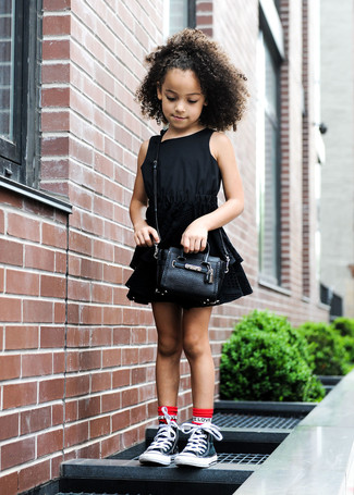 Модный лук: черное платье, черные кеды, черная сумка, красные носки