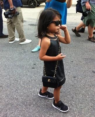 Как и с чем носить: черное платье, черные кеды