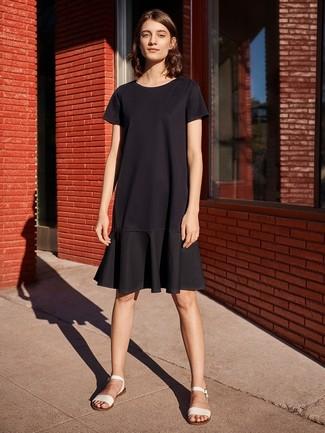 Как и с чем носить: черное повседневное платье с рюшами, белые кожаные сандалии на плоской подошве