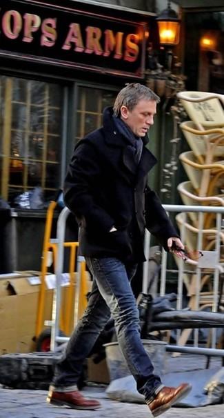 Как Daniel Craig носит Черное полупальто, Темно-серые джинсы, Коричневые кожаные ботинки броги, Темно-серый шарф