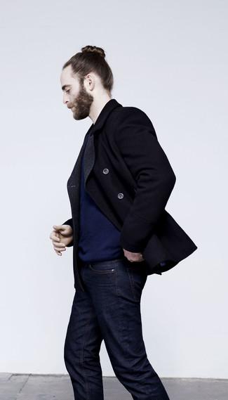 Черное полупальто и темно-синие джинсы помогут создать стильный офисный образ.