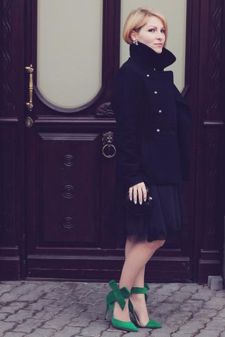 Как и с чем носить: черное полупальто, черное шифоновое коктейльное платье, зеленые замшевые туфли, черный кожаный клатч