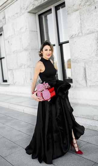 Как и с чем носить: черное сатиновое вечернее платье с разрезом, красные замшевые туфли