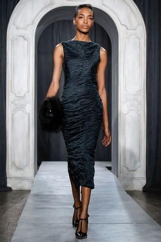 Как и с чем носить: черное сатиновое платье-футляр, черные кожаные туфли, черный меховой клатч