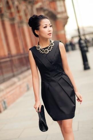 Модный лук: Черное шелковое платье-футляр, Черный кожаный стеганый клатч, Серебряное колье