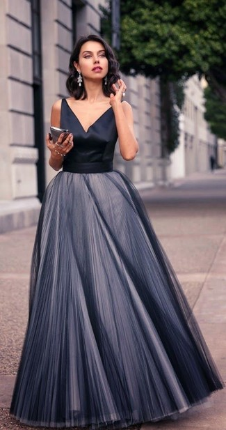Как и с чем носить: черное шифоновое вечернее платье со складками, серебряные серьги