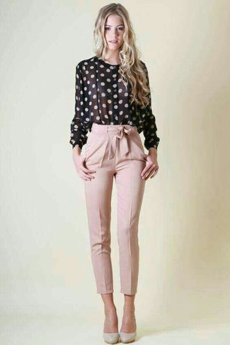 Как и с чем носить: черно-белая блуза на пуговицах в горошек, розовые брюки-галифе, серые кожаные туфли