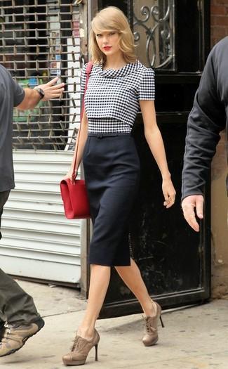 Как Taylor Swift носит Черно-белая блуза с коротким рукавом в мелкую клетку, Черная юбка-карандаш, Светло-коричневые кожаные ботильоны на шнуровке, Красная кожаная сумка через плечо