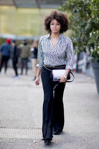 Как и с чем носить: черно-белая блузка с длинным рукавом в мелкую клетку, черные брюки-клеш, черная кожаная сумка через плечо, золотой ремень