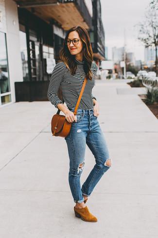 Модные женские луки 2020 фото: Черно-белая водолазка в горизонтальную полоску и синие рваные джинсы скинни — необходимые вещи в гардеробе стильной женщины. В тандеме с этим нарядом наиболее уместно будут выглядеть табачные замшевые ботильоны.