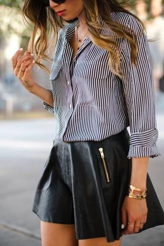Как и с чем носить: черно-белая классическая рубашка в вертикальную полоску, черная кожаная короткая юбка-солнце, золотой браслет