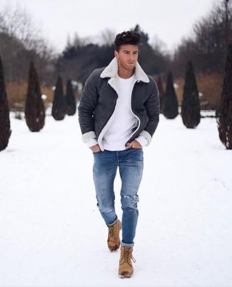 Как и с чем носить: черно-белая короткая дубленка, белый свитер с круглым вырезом, синие рваные зауженные джинсы, светло-коричневые повседневные ботинки из нубука