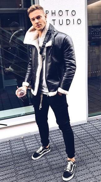 Как и с чем носить: черно-белая короткая дубленка, серый свитшот с принтом, черные спортивные штаны, черно-белые низкие кеды из плотной ткани