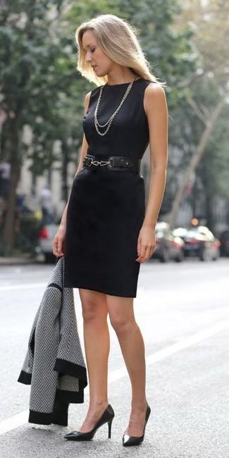Модный лук: черно-белая косуха с узором зигзаг, черное платье-футляр, черные кожаные туфли, черный кожаный пояс