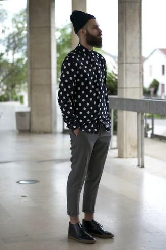 Как и с чем носить: черно-белая рубашка с длинным рукавом в горошек, серые брюки чинос, черные кожаные ботинки дезерты, черная шапка