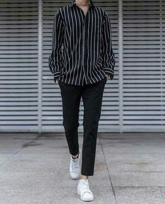 С чем носить белые низкие кеды из плотной ткани мужчине: Черно-белая рубашка с длинным рукавом в вертикальную полоску и черные брюки чинос будет прекрасным вариантом для простого повседневного ансамбля. В тандеме с этим ансамблем отлично будут смотреться белые низкие кеды из плотной ткани.