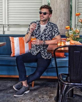 Как и с чем носить: черно-белая рубашка с коротким рукавом с принтом, белая футболка с круглым вырезом в сеточку, темно-синие брюки чинос, темно-синие кожаные туфли дерби