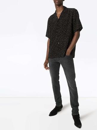 Как и с чем носить: черно-белая рубашка с коротким рукавом в горошек, темно-серые джинсы, черные замшевые ботинки челси