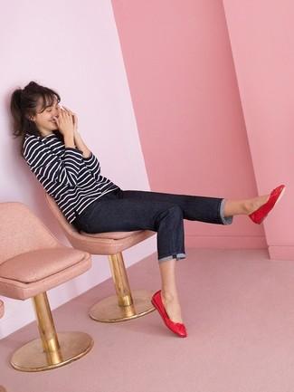 Как и с чем носить: черно-белая футболка с длинным рукавом в горизонтальную полоску, темно-синие джинсы, красные кожаные балетки