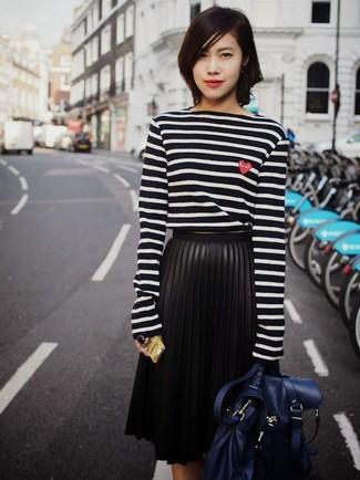 Как и с чем носить: черно-белая футболка с длинным рукавом в горизонтальную полоску, черная кожаная юбка-миди со складками, темно-синяя кожаная сумка-саквояж